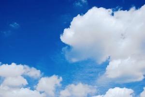 雲が少し出ている青空