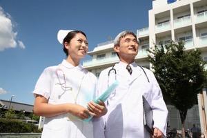微笑む医者と看護師